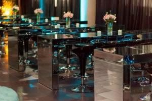 Mesa Aparador espelhada e banqueta preta.