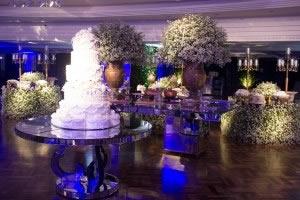 Focal Table espalhada utilizada apoio do bolo de casamento.